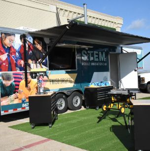 FWISD STEM Trailers Make Stop at Meadowbrook Middle School