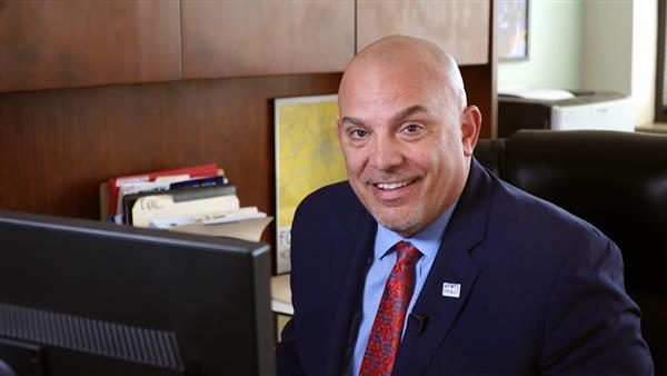 Dr. Scribner Demonstrates How Easy Is It to Donate to United Way